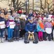 """Unter dem Motto """"Aufs Glatteis geführt"""" waren Kitas und Grundschulen zum """"Forschen auf Eis"""" nach Erfurt eingeladen. Gemeinsam mit Bob-Olympiasieger André Lange untersuchten die kleinen Forscher, wie man gefüllte Wasserbecher am besten über die rutschige Eisfläche transportieren kann."""