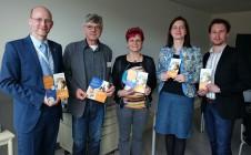 Im Bild: Dr. Sven Günther (li., STIFT) zusammen mit Dr. Birgit Klaubert (Mitte) und den Jenaer Ansprechpartnern Harald Ensslen, Dr. Christina Walther und Dr. Matthias Müller